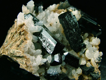 Ilvaite with Quartz on Hedenbergite - Dal'negorsk (Dalnegorsk; Tetyukhe; Tjetjuche; Tetjuche), Kavalerovo Mining District, Primorskiy Kray, Far-Eastern Region, Russia